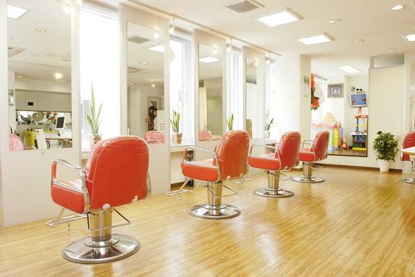 席と席の間を広くゆったりとした雰囲気です。お客様の大切なお時間をゆっくりとお過ごしください。
