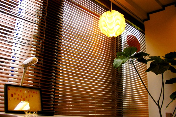 木目調のブランドにレ・クリントのペンダントランプが落ち着いた雰囲気に・・・